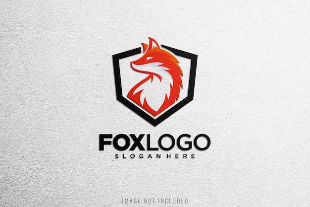 Nahaufnahme auf logo-modell auf weißem stoff