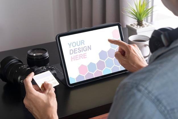 Nahaufnahme auf mann, der online auf tablet-modell zahlt
