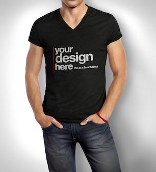 Nahaufnahme auf mann, der t-shirt modell trägt