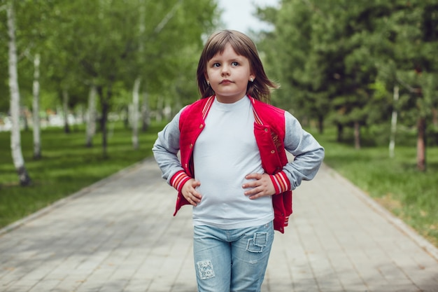 Nahaufnahme auf niedliches kind, das tshirt mockup trägt