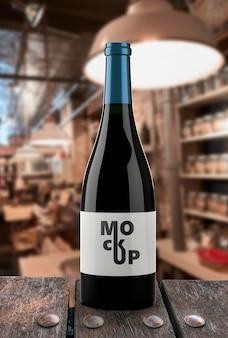 Nahaufnahme auf rotweinflasche mit etikettenmodell