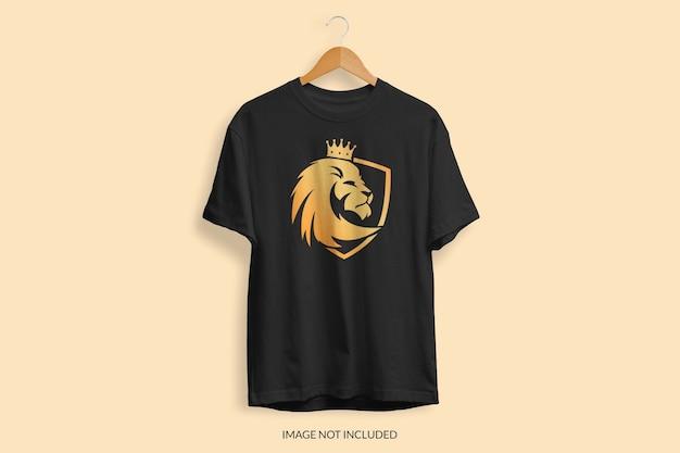 Nahaufnahme auf t-shirt modell isoliert
