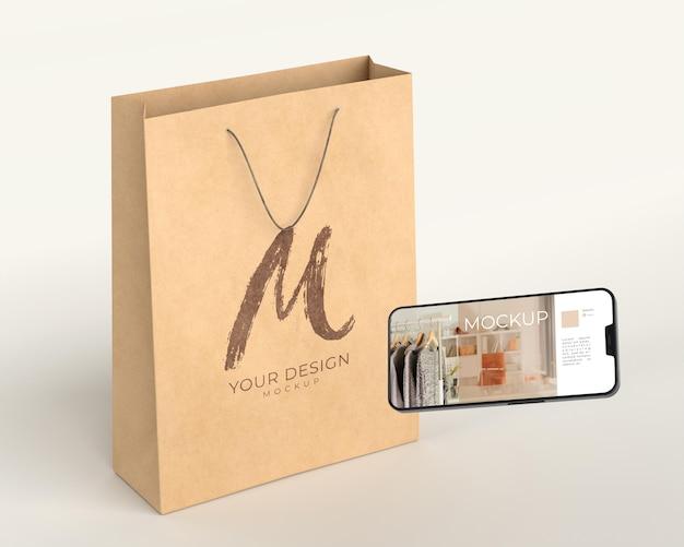 Nahaufnahme der einkaufstasche mit digitalem gerätemodell