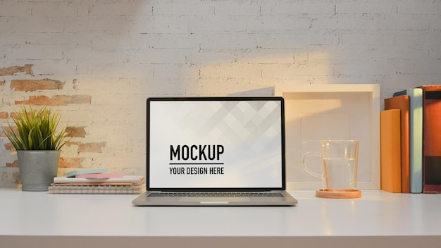 Nahaufnahme des arbeitsbereichs mit laptop-modell