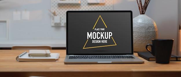 Nahaufnahme des arbeitsbereichs mit modell-laptop, kaffeetasse, zubehör und dekoration