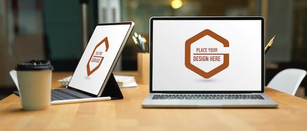 Nahaufnahme des arbeitstisches mit laptop-bildschirmen