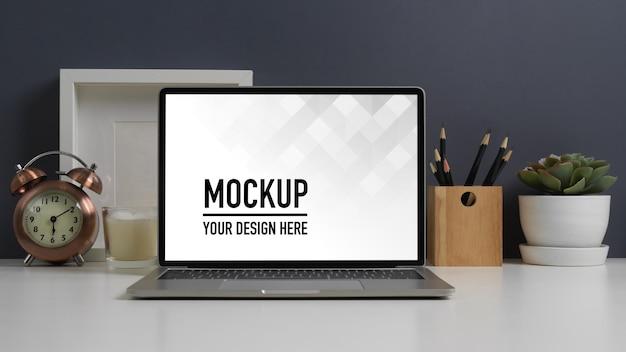 Nahaufnahme des arbeitstisches mit laptop-modell