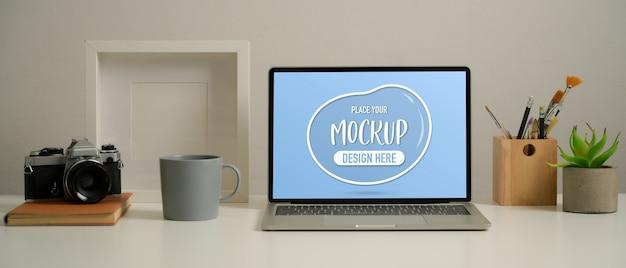 Nahaufnahme des arbeitstisches mit modell-laptop