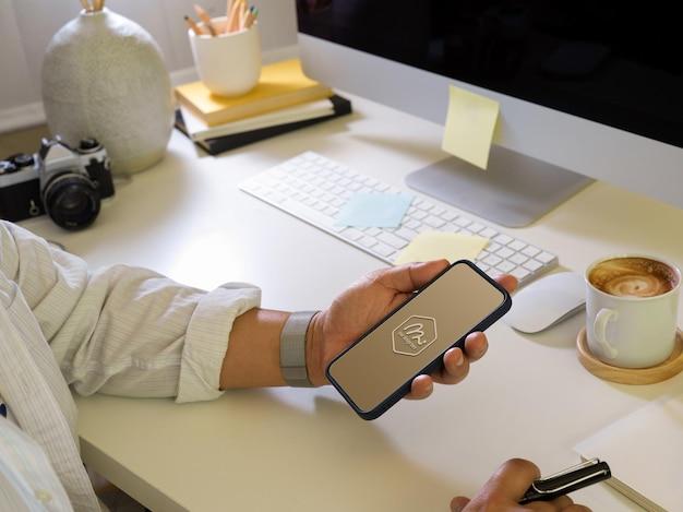 Nahaufnahme des geschäftsmannes unter verwendung des smartphone-modells