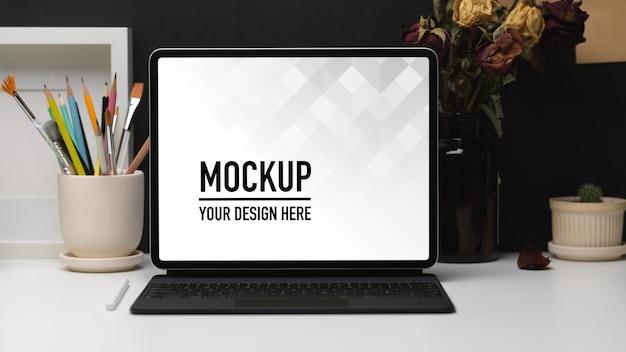 Nahaufnahme des home-office-raums mit laptop-modell