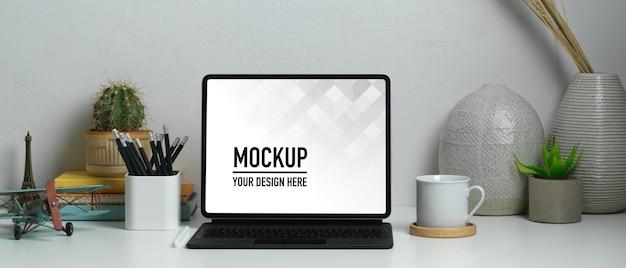 Nahaufnahme des home-office-schreibtisches mit tablet-modell