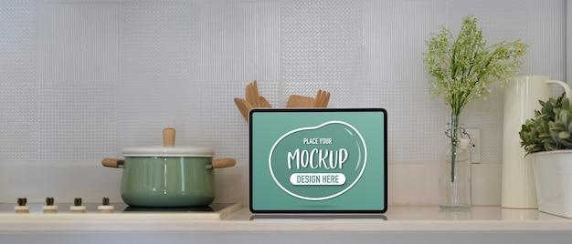 Nahaufnahme des küchentischs mit mockup-tablette