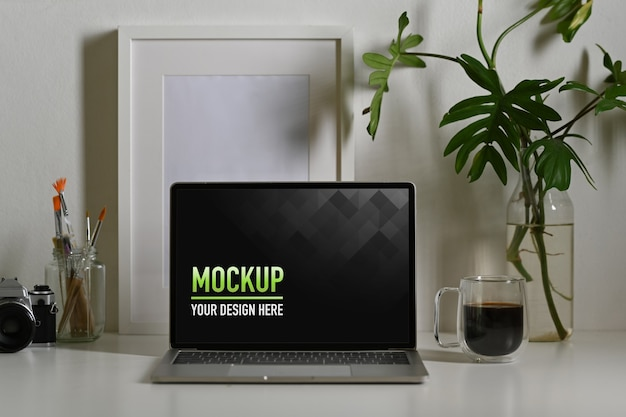 Nahaufnahme des laptop-modells mit kaffeetasse