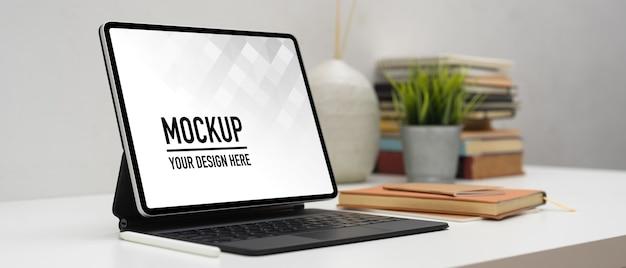 Nahaufnahme des modell-laptops mit vase