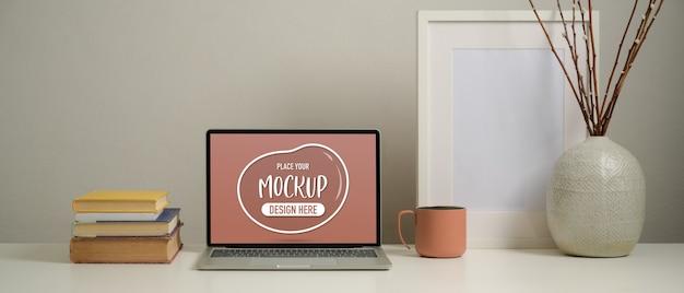 Nahaufnahme des studientisches mit mock-up-laptop