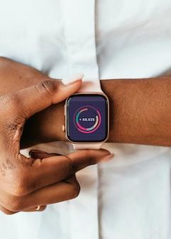Nahaufnahme einer smartwatch am handgelenk
