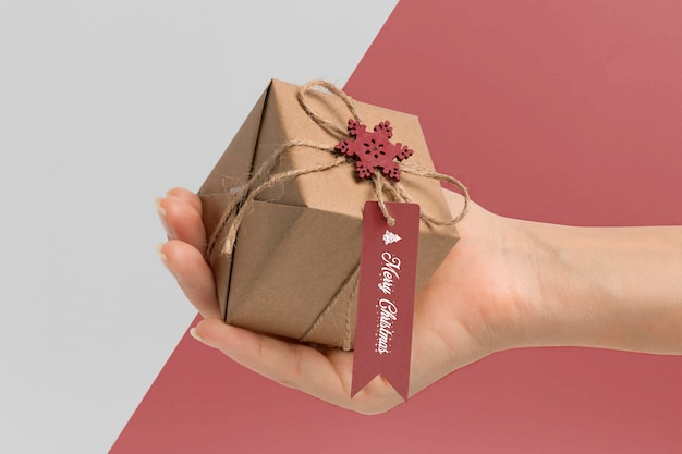 Nahaufnahme hand, die geschenkbox hält