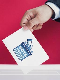Nahaufnahme männlich setzen stimmzettel modell in box