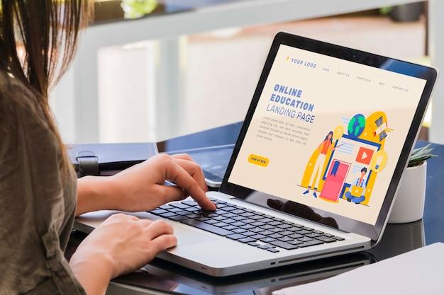 Nahaufnahmefrau, die auf laptop studiert