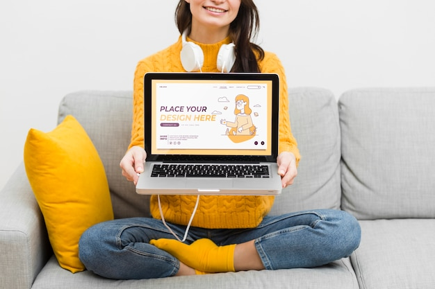 Nahaufnahmefrau mit kopfhörern und laptop