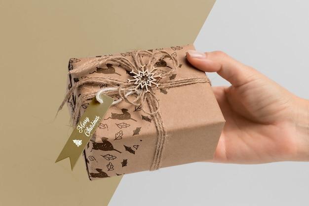 Nahaufnahmehand, die geschenk hält