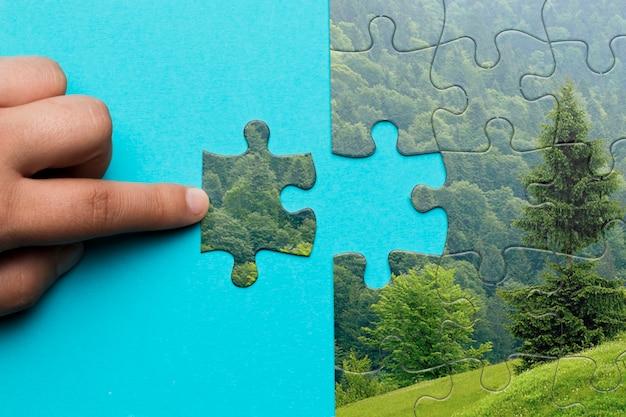 Nahaufnahmemann, der ein puzzlespiel macht