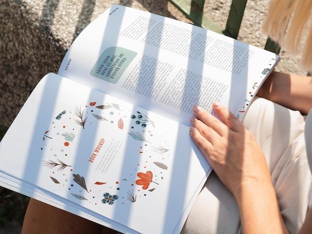 Nahaufnahmeseiten einer wilden naturzeitschrift verspotten oben