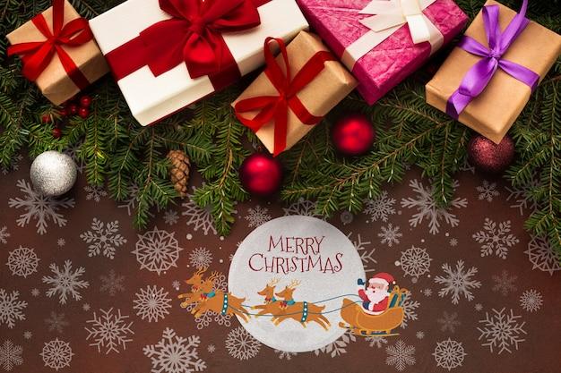 Nette geschenkboxen und weihnachtskiefernblätter