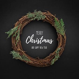 Netter weihnachtskranz auf blackwith weihnachtsbaumblättern