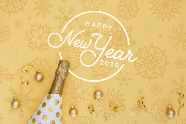 Neues jahr 2020 mit goldener flasche champagner und weihnachtskugeln