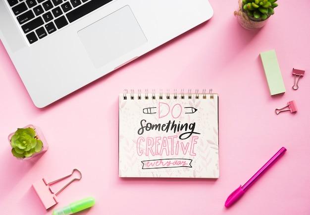 Notebook auf dem schreibtisch mit positiver nachricht