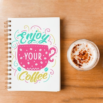 Notebook-cover-modell mit kaffee-konzept