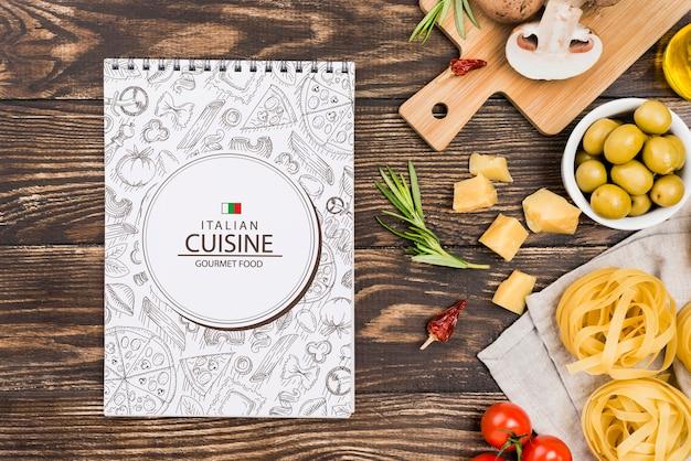 Notebook und italienisches essen arrangement