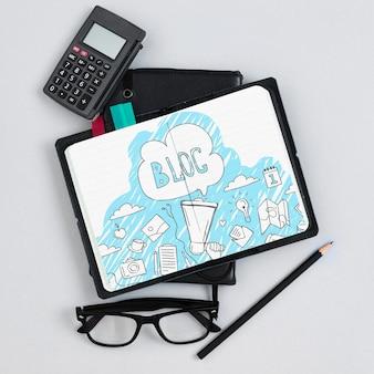 Notebook und taschenrechner im büro