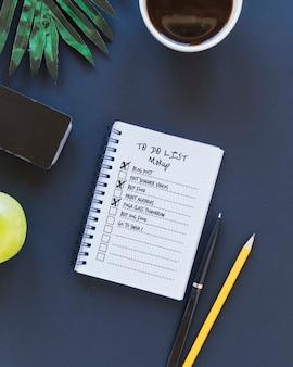 Notizblock mit aufgabenliste und kaffee