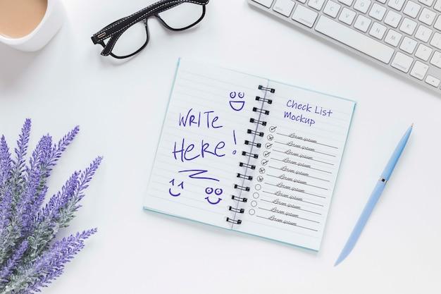 Notizblock mit draufsicht und liste auf dem schreibtisch