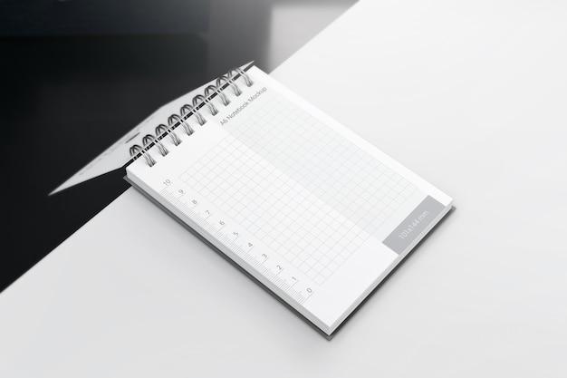 Notizblock-modell auf dem schreibtisch