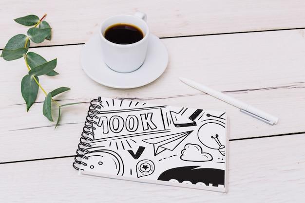 Notizblockmodell mit kaffee