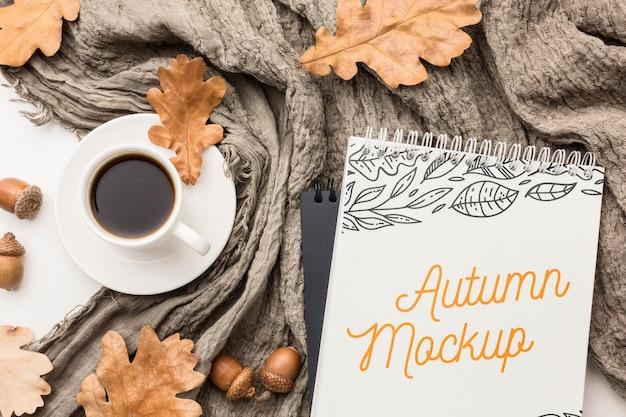 Notizbuch mit tasse kaffee auf dem tisch