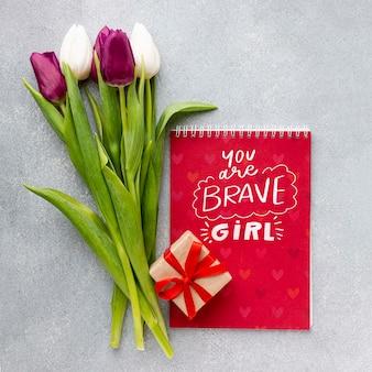 Notizbuch mit tulpenstrauß und geschenk
