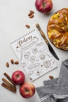 Notizbuch und apfelkuchen