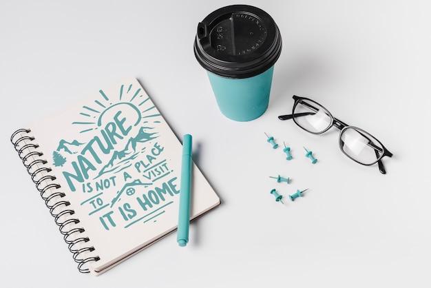 Notizbuchmodell mit nehmen kaffeetasse weg