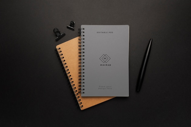 Notizbuchmodell mit schwarzem element auf schwarzem hintergrund