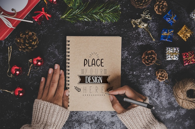 Notizbuchmodell mit weihnachtsdekoration