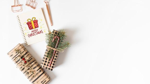 Notizbuchmodell mit weihnachtszusammensetzung