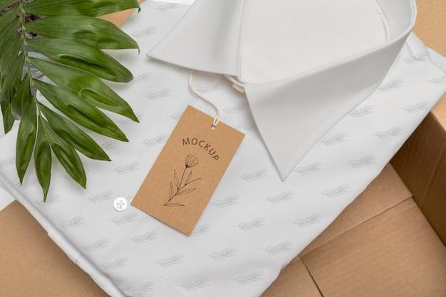 Null-abfall-verpackung mit hemd und preisschild-modell