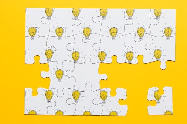 Oben sehen sie puzzle mit glühbirnen