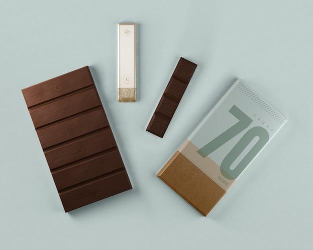 Ordentliche schokoladentabletten, die satz einwickeln