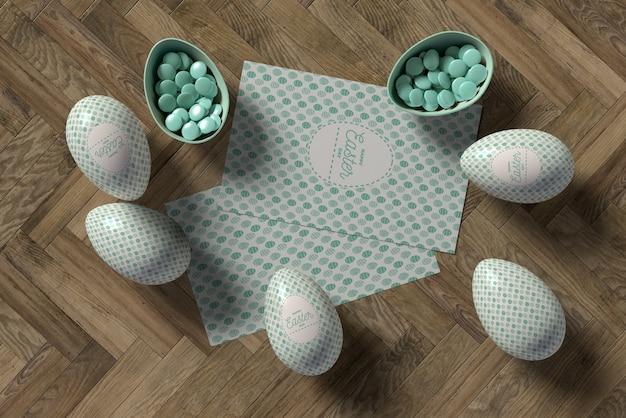 Osterkarte und eier auf dem tisch