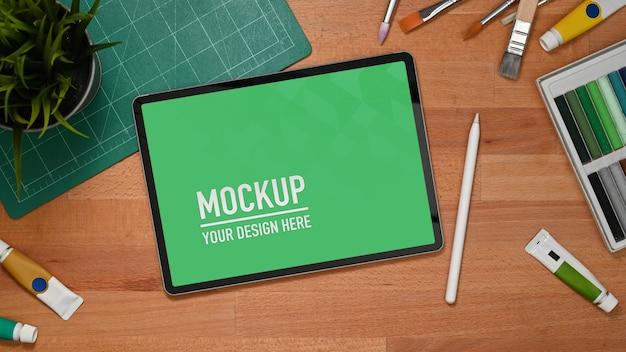 Overhead-aufnahme des arbeitsbereichs mit tablet-modell